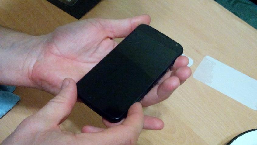 Как правильно наклеить пленку Xtreme Guard на Motorola Moto X